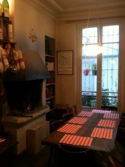 Grande table et cheminée - 33 rue Brunel
